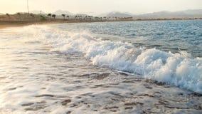Весьма видео замедленного движения свертывая океанских волн в лучах солнца Изумляя ландшафт моря сток-видео