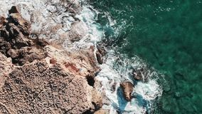 Весьма волны разбивая утесы Сильные океанские волны ударяя скалистую береговую линию Seascape развевает брызгать Большие волны мо сток-видео