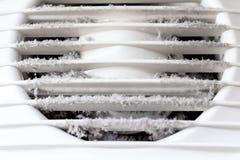 Весьма грязный и пылевоздушный белый пластиковый гриль воздуха вентиляции дома близко вверх, вредный для здоровья стоковые изображения
