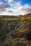 Весьма долина зеленого цвета в Исландии в зоне hengill Исландии стоковые изображения rf