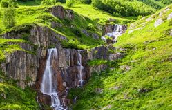 Весьма красивый быстрый водопад Стоковые Изображения RF