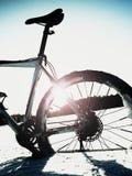 Весьма пребывание горного велосипеда контраста в снеге порошка Потерянный путь в глубоком сугробе Стоковые Фото
