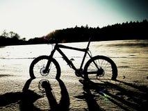 Весьма пребывание горного велосипеда контраста в снеге порошка Потерянный путь в глубоком сугробе Стоковые Изображения RF