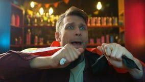 Весьма расстроенный мужской вентилятор развевая немецкий флаг, разочарованный о безнадежной игре команды сток-видео