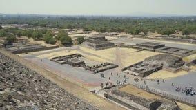 Весьма рискованное предприятие от пирамиды солнца, старых руин майяского города Teotihuacan турист высокого сезона сток-видео