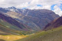 Весьма рискованное предприятие trekkers отдыхая на горах стоковые изображения