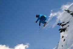 весьма скача лыжник стоковые изображения rf