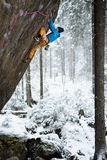 Весьма спорт зимы Альпинист утеса взбираясь в красивой скалистой области Спорт приключения Стоковые Изображения