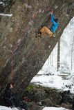 Весьма спорт зимы Молодой человек взбираясь утес с belay Взбираться веревочки Стоковые Фотографии RF