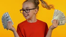Весьма счастливые женские пуки доллара удерживания ребенк и радоваться первый доход сток-видео