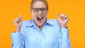 Весьма счастливый менеджер празднуя продвижение карьеры, увеличение заработной платы, работу видеоматериал