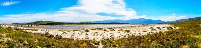 Весьма - уровень отлива в запруде Theewaterkloof которая главный источник для водоснабжения к Кейптауну стоковые изображения
