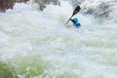 Весьма canoeing горы белой воды стоковые фотографии rf