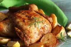Весь жареный цыпленок с картошками и лимоном стоковое изображение