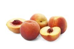 Весь зрелый персик и половины персика Стоковое Изображение RF