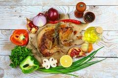 Весь испеченный кролик с соусом сметаны с овощами и специями Текстовый участок для ресторана меню дизайна Взгляд сверху стоковое изображение rf