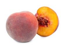 Весь и уменьшанный вдвое свежий персик стоковые изображения rf