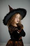 весь канун hallows Красивая девушка 8-9 лет внутри отображает злие знахари стоковая фотография rf