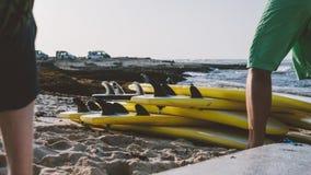 Весь конец-вверх surfboards размеров Заниматься серфингом лагерь и доски различных размеров для серфинга Стоковое Изображение RF