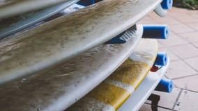 Весь конец-вверх surfboards размеров Заниматься серфингом лагерь и доски различных размеров для серфинга Стоковые Фотографии RF