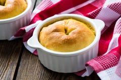 Весь пирог бака в ramekin с овощами Стоковое Изображение