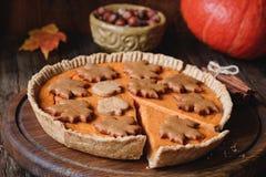 Весь пирог тыквы с гайками пекана и печеньями пряника на деревянной доске крупного плана eyedroppers высокий разрешения взгляд оч Стоковая Фотография