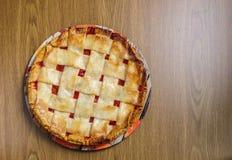 Весь пирог яблока и ревеня на таблице стоковое изображение rf