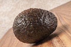 Весь сырцовый авокадо, разделочная доска Стоковая Фотография