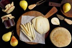 Весь сыр pecorino 2 на деревянной доске для резать зрелое pe Стоковое Фото