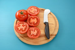 Весь томат и половины с ножом томата Стоковое Изображение