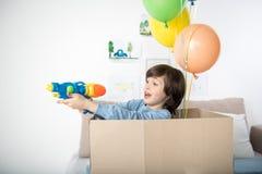 Весёлая стрельба отроческого мальчика от водяного пистолета Стоковые Изображения