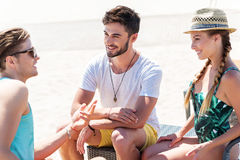 Весёлые моложавые парни отдыхая на seashore лета Стоковые Фотографии RF