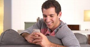 Весёлый человек отправляя СМС на smartphone стоковые изображения rf