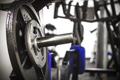 Вес на баре в спортзале стоковые фото