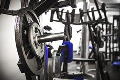 Вес на баре в спортзале стоковые изображения rf