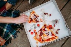 Вес образа жизни еды высококалорийной вредной пищи пиццы здоровый стоковая фотография