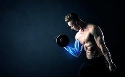 Вес подходящего спортсмена поднимаясь с голубой концепцией света мышцы Стоковые Изображения RF