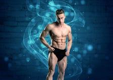 Вес привлекательного сильного парня фитнеса поднимаясь Стоковые Фото