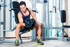 Вес руки человека поднимаясь на спортзале Стоковая Фотография