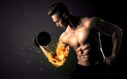 Вес спортсмена культуриста поднимаясь с огнем взрывает концепцию руки Стоковое Изображение RF