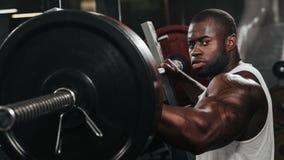 Вес тренируя африканский делая культуризм Стоковое Изображение RF