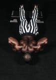 Вес тренируя африканский делая культуризм стоковая фотография