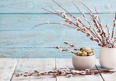 Ветви вербы и яичка триперсток на деревянной предпосылке Стоковое Изображение RF