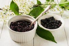 Ветви вишни птицы лекарственного растения цветя, высушенные ягоды a Стоковое Изображение