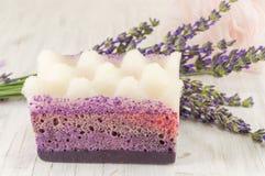 Ветви губки и цветка бара мыла лаванды Стоковые Фото