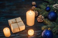 Ветви дерева, конусы сосны украшений рождества и рождества, голубые игрушки рождества на деревянной предпосылке основное упаковыв Стоковое фото RF