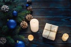 Ветви дерева, конусы сосны украшений рождества и рождества, голубые игрушки рождества на деревянной предпосылке основное упаковыв Стоковая Фотография