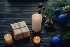 Ветви дерева, конусы сосны украшений рождества и рождества, голубые игрушки рождества на деревянной предпосылке основное упаковыв Стоковые Фото