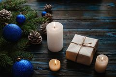 Ветви дерева, конусы сосны украшений рождества и рождества, голубые игрушки рождества на деревянной предпосылке основное упаковыв Стоковые Изображения