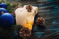 Ветви дерева, конусы сосны украшений рождества и рождества, голубые игрушки рождества на деревянной предпосылке основное упаковыв Стоковые Фотографии RF